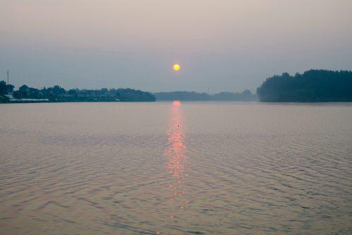 弋江上的日出